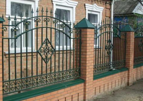 кирпичный забор с ковкой в Иркутске